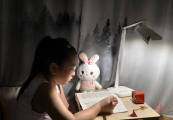 【金测评】眼爸爸学习台灯体验:双杆调节5轴转动,亮度均匀,长时间学习更护眼