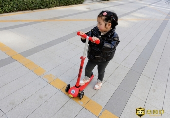 【金测评】酷骑V1发光滑板车体验:能玩到10岁的滑板车