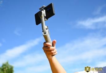 【金测评】随拍ATOM2手机云台上手:三轴防抖加持,体积还挺袖珍